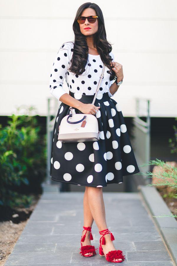 Dots Mix & match look con lunares blanco y negro falda midi bolso Coach sandalias rojas con borlas gafas de sol Carrighan Crimenes de la Moda blog