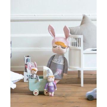 Deze Kanindocka poppen (12 cm)met vrolijke konijnenoren en roze blosjes op haar wangen zorgen voor veel speelplezier en hebben een hoog knuffelgehalte! Het ideale knuffelvriendje voor je kindje!