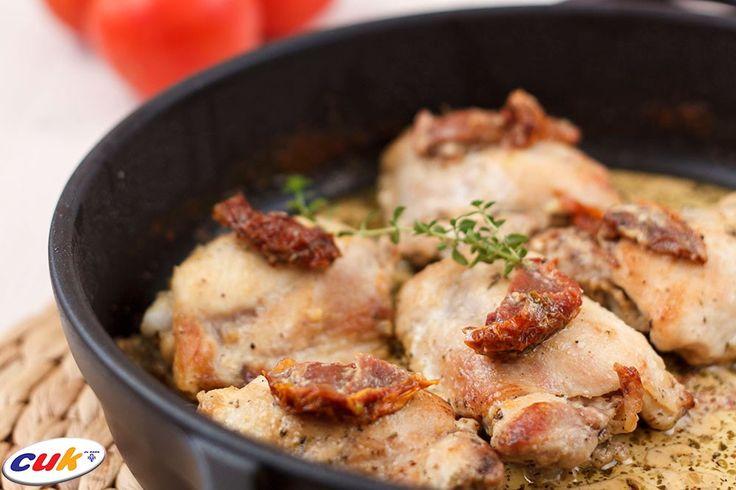 Muslos de Pollo CUK asados con salsa de tomates secos