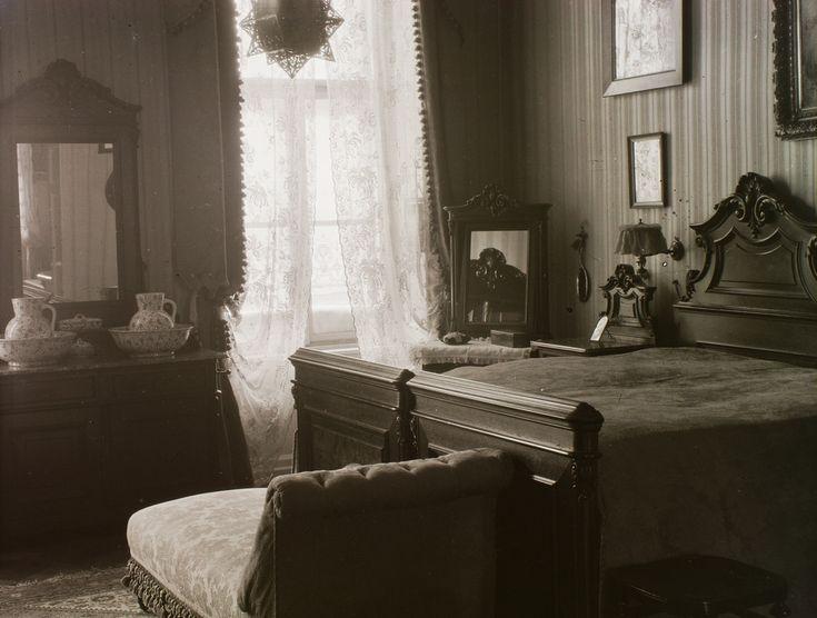 A legegységesebb berendezése a hálószobának van. Az ágyak, az éjeli szekrények, a komód és a tükrök, de még a pipereasztal tükrében visszaverődő, kétajtós nagy öltőzőszekrény is egyetlen garnitúra része. Bár a házban volt fürdőszoba, a reggeli tisztálkodáshoz oda van készítve a két porcelán mosdótál és a vizeskancsók.