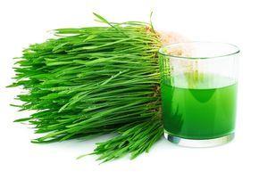 Los increíbles beneficios de la clorofila Para aprovechar la clorofila de los vegetales y beneficiarnos de sus propiedades, estos no deben perder el color verde, por lo que los tomaremos crudos o poco cocinados