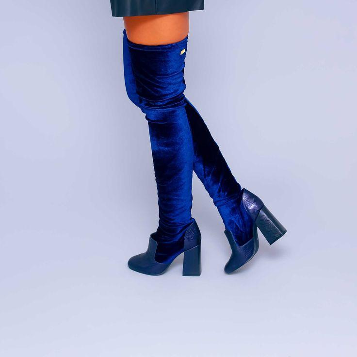 Cizmele de dama Mineli Gwyneth sunt realizate din catifea stretch fină și dau un aer…