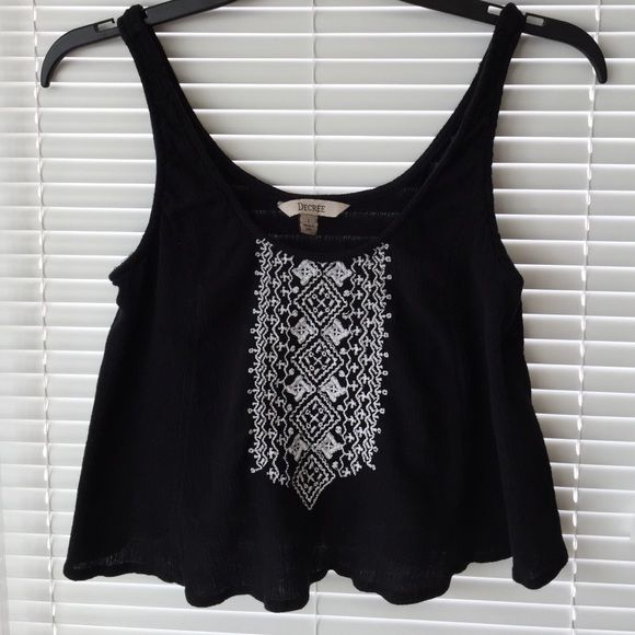 ✨PRICE DROP✨ Large Aztec Crop Top Large Aztec Crop Top! Like new barley worn! Love the items but not the price? Make me an offer! Fast shipping! Tops Crop Tops