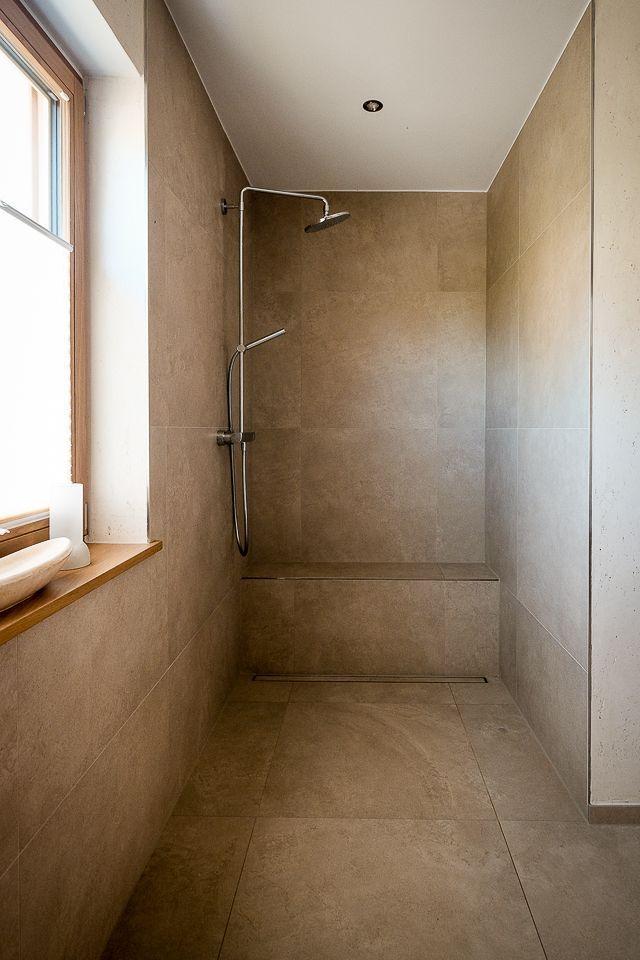 Offene Bodengleiche Dusche Mit Sitzbank Bad Dusche Barrierefreiheit Flies In 2020 Moder Bathroom Design Hall Interior Design Bathroom Design