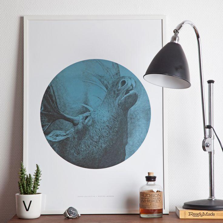"""Das Poster """"The Moose"""", """"der Elch"""", zeigt ein anthropomorphes Tier, das mit seinen Gesichtszügen fast menschlich wirkt."""