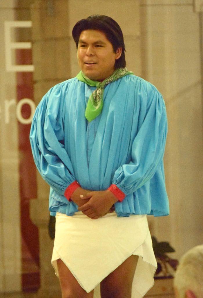 """El pianista rarámuri Romeyno Gutiérrez se presentó con éxito anoche en Chihuahua. Interpretó algunas de sus composiciones como """"Danza del Venado"""" y """"Canto Azul"""", además piezas de grandes músicos como Wolfgang Amadeus Mozart, Frederic Chopin, Frans Shubert entre otros más. Gutiérrez se convirtió en e"""