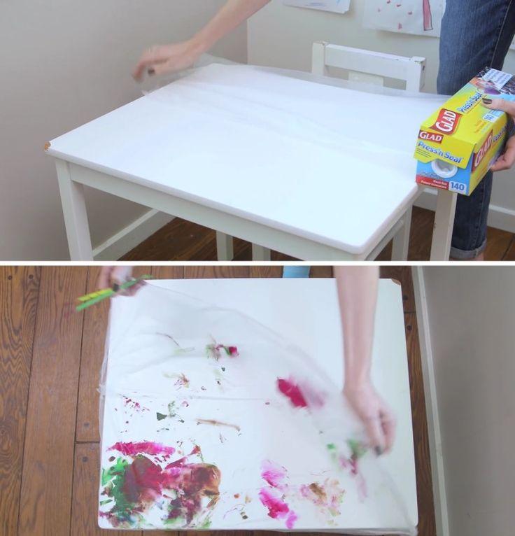 Diversão sim, bagunça não. Para não ter que limpar a mesa depois, um ótimo truque é forrar o tampo com filme de PVC. Assim, as crianças podem fazer a bagunça que quiserem e tudo que você terá que fazer será enrolar o plástico e jogá-lo fora no final.