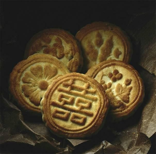 Chinese moon cakes, shot in 1985 by a foreign photographer, Reinhart Wolf. (Source:www.youth.cn)