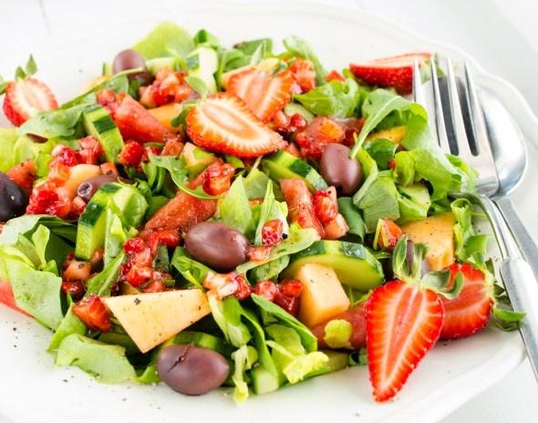 Meloni-oliivisalaatti ja mansikkavinaigrette