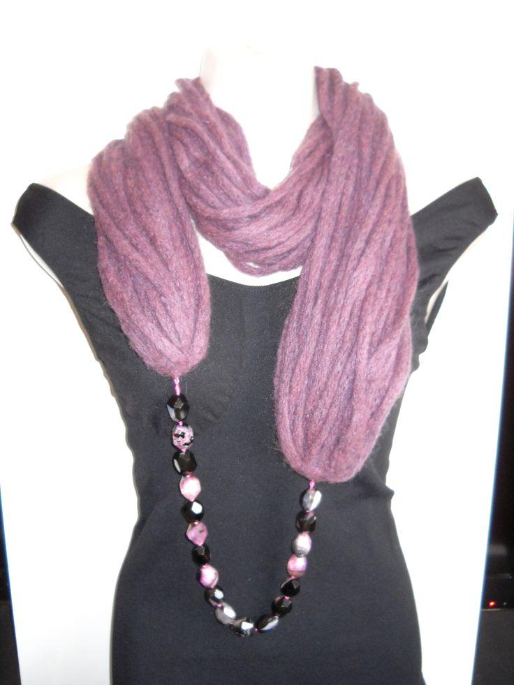 Precioso cuello-collar de lana y piedras naturales
