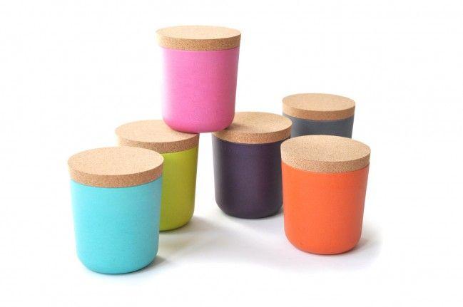 De Biobu Gusto set van 2 Large Voorraadpotten zijn een mooie en duurzame aanvullling op je bamboe Ekobo servies. De set met 2 voorraadpotten hebben een mooie deksel van kurk. De kleurige voorraadbusjes zijn gemaakt van bamboevezels en andere natuurlijke materialen. De verf waarmee de busjes gekleurd zijn is volledig plantaardig.