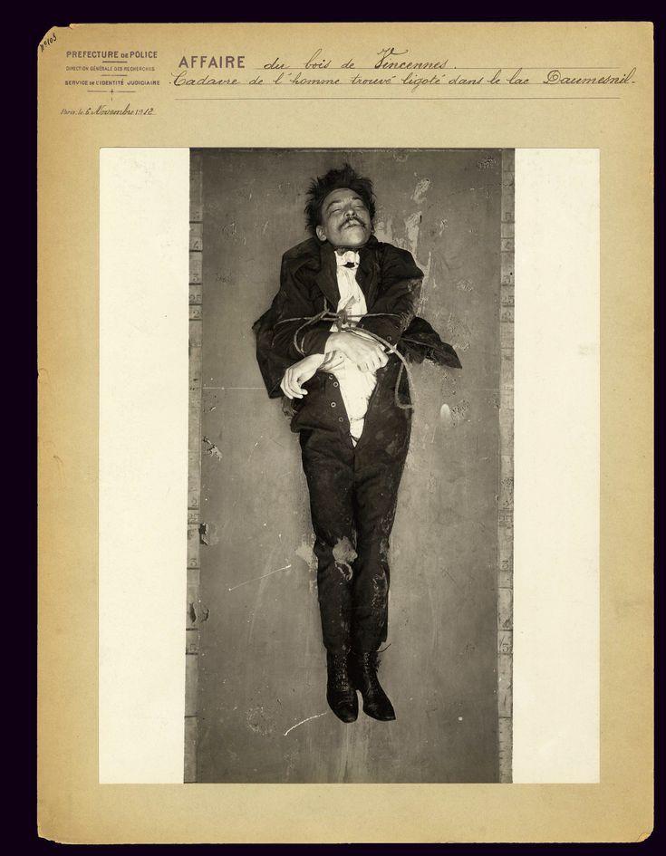 Een ongeïdentificeerde man werd vastgebonden gevonden in Lac Daumesnil in Bois de Vincennes in november 1912. De foto's zijn gepubliceerd met toestemming van de politie van Parijs.
