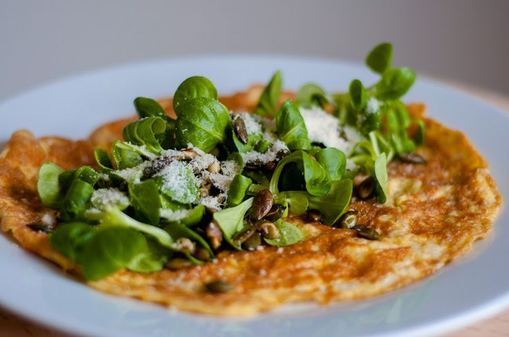 Gezonde lunch: Hartige havermout omelet met veldsla en pompoenpitten - http://www.mytaste.nl/r/gezonde-lunch-hartige-havermout-omelet-met-veldsla-en-pompoenpitten-3798379.html