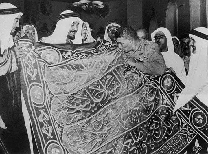 الرئيس محمد نجيب يقبل كسوة الكعبة المهداه من مصر الى المملكة العربية السعودية عام 1953 .