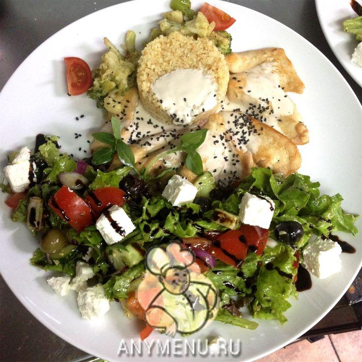 Курочка по ливански с кускусом http://feedproxy.google.com/~r/anymenu/hMaC/~3/r6JjwFNSHu0/  Ливия, по мнению гурманов со всего мира, имеет лучшую национальную кухню среди Средиземноморья. Самым популярным и любимым блюдом этой жаркой страны является кус-кус: пшеничная каша, которую можно подавать с мясом, птицей или рыбой. Предлагаю вам ознакомиться с простым и вкусным рецептом приготовления курочки по-ливански в домашних условиях. Курочка по ливански с кускусом Порции2 человека Ингредиенты