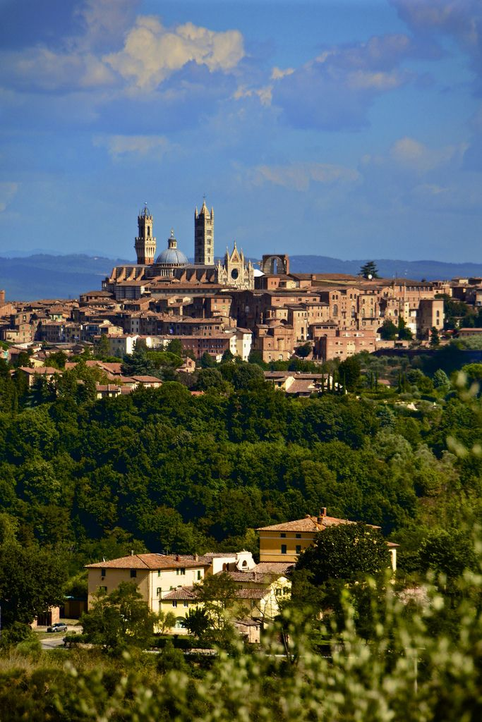 Siena da Montalbuccio - Foto di Antonio Cinotti su https://www.flickr.com/photos/antoncino/9824474635/lightbox/ - #Siena #Toscana #Montalbuccio