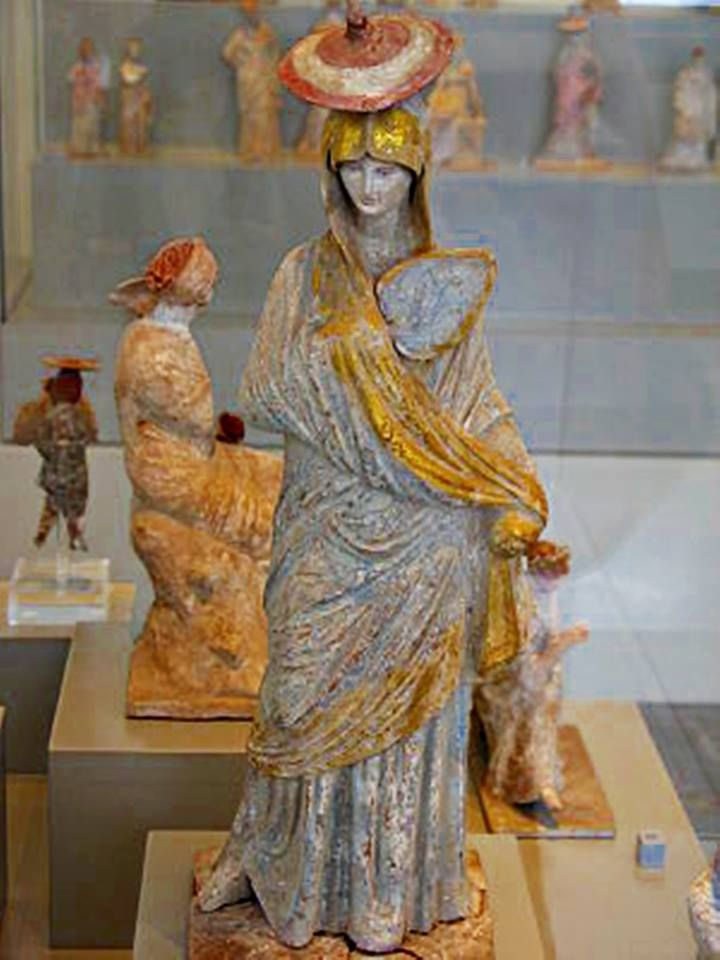 Ταναγραία - Altes Museum Βερολίνο - 325 π.Χ.  Ancient Greek Statue with blue and gilt garment, fan and Sun hat from Tanagra 325 BCE - Altes Museum Berlin
