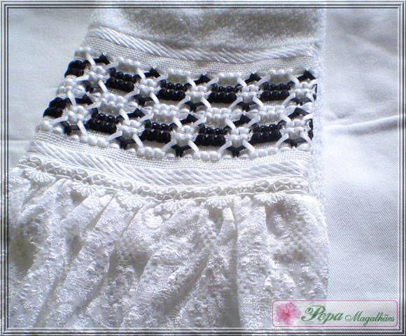 Marca: Karsten, 99% algodão e 1% viscose  Medida: 33 x 50cm  Cor: branca (canelada)  Trabalho:Fitas branca negras, renda e renda guipir.  As toalhas bordadas com fita não deformam mesmo lavadas na máquina.