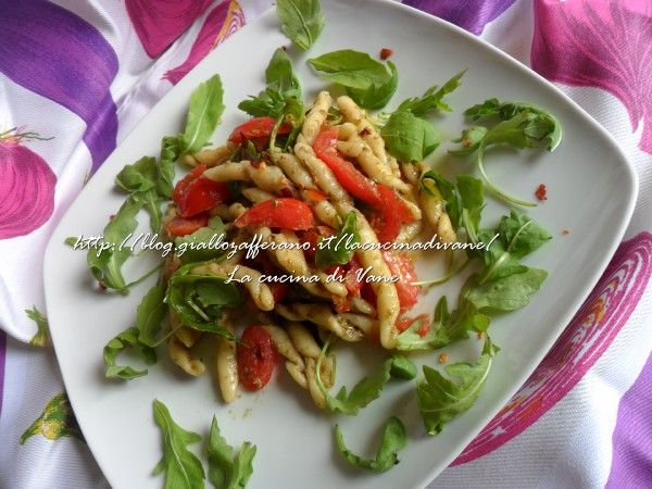 pasta al pesto piccante di zucchine con rucola e pachino