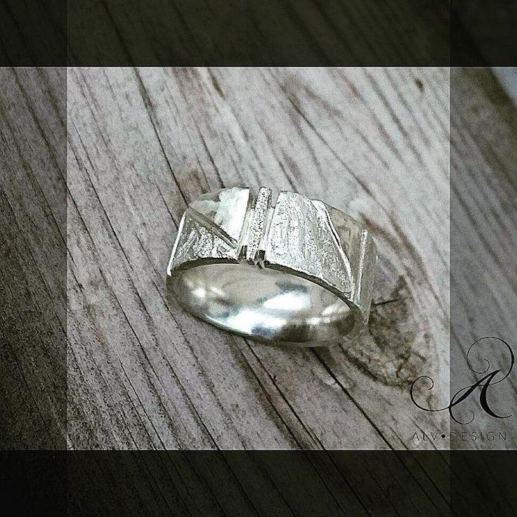 Ny höstinspiration! Vackra KLINGA är skulpterad och handarbetad i sterlingsilver. Jag har här valt att jobba med fler olika ytor för en spännande, rörlig effekt 🌟 Design och arbete: Konstnär och silverdesigner Anneli Lindström, Alv Design. Se mer i vår webbutik www.alvdesign.se  KAMPANJ 500 kr vid köp av två ringar.