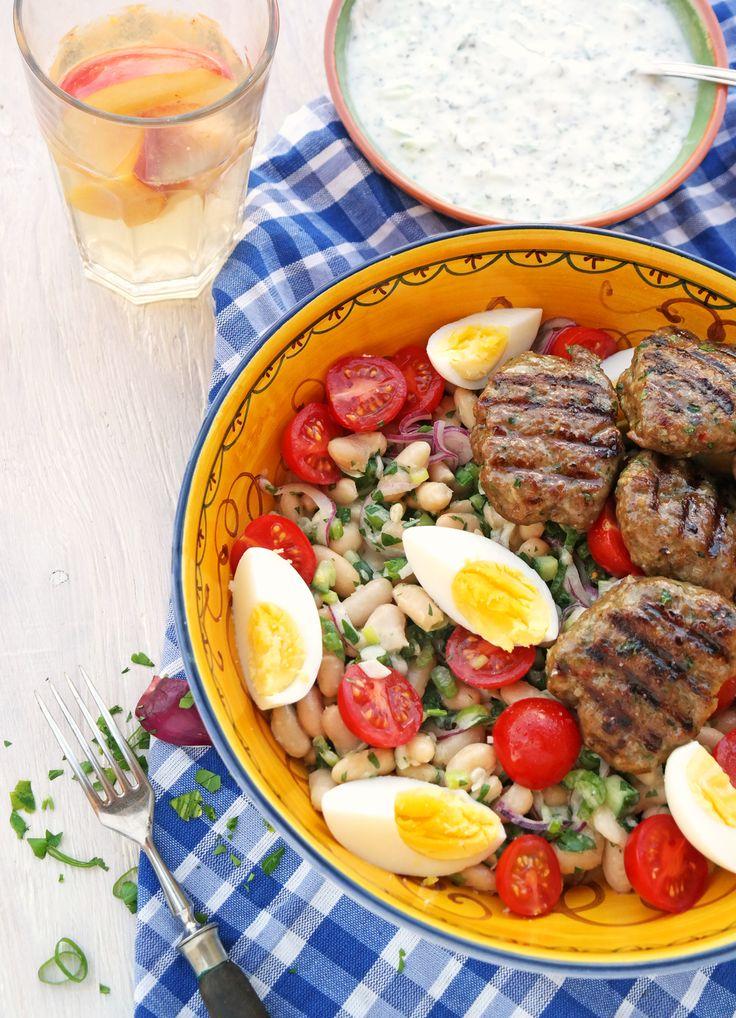 So einfach und so lecker ist nur der Sommer: Weisse-Bohnen-Salat und Köfte aus Antalya - mit Tahin und dem Saft von sonnengereiften Orangen angemacht.