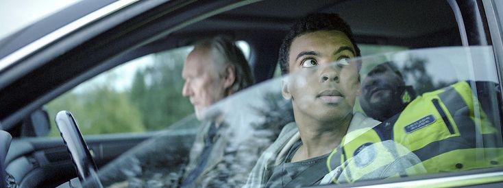 """""""Saattokeikka on harvinainen suomalainen elokuva. Toinen sen käsikirjoittajista ja alkuperäisidean kehittäjä on somalialaistaustainen. Toista pääroolia elokuvassa esittää tummaihoinen nuori mies. Silti elokuva ei käsittele rotuongelmaa tai lähiö-angstia vaan kertoo suomalaisesta yhteiskunnasta lempeän komedian keinoin.""""  SAATTOKEIKKA elokuvateattereissa 10.3. 🎬"""
