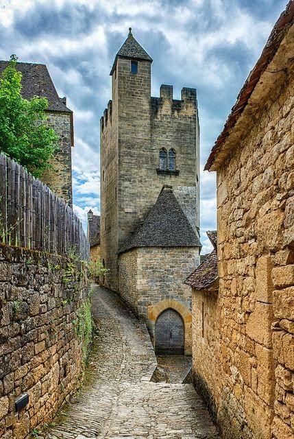 Une route étroite au Château de Beynac, France. Considéré comme l'un des plus beaux châteaux médiévaux de France.