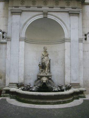 Fontana del Cortile del Palazzo Guelfi Camajani ,appartenente ora alla Banca Commerciale Italiana , in via del Corso 336A  ; la statua è quella della dea Flora .