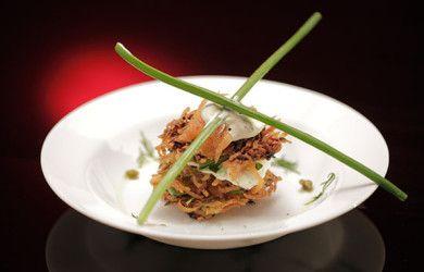 Рёшти из картофеля и цукини с копченым лососем