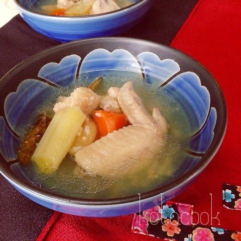 韓国の薬膳料理、参鶏湯。丸どりではなく手羽元を使って炊飯器で作ります!【材料】 5人分(10合炊き)鶏手羽元 10本 (写真ではもも肉と手羽先を使いました…
