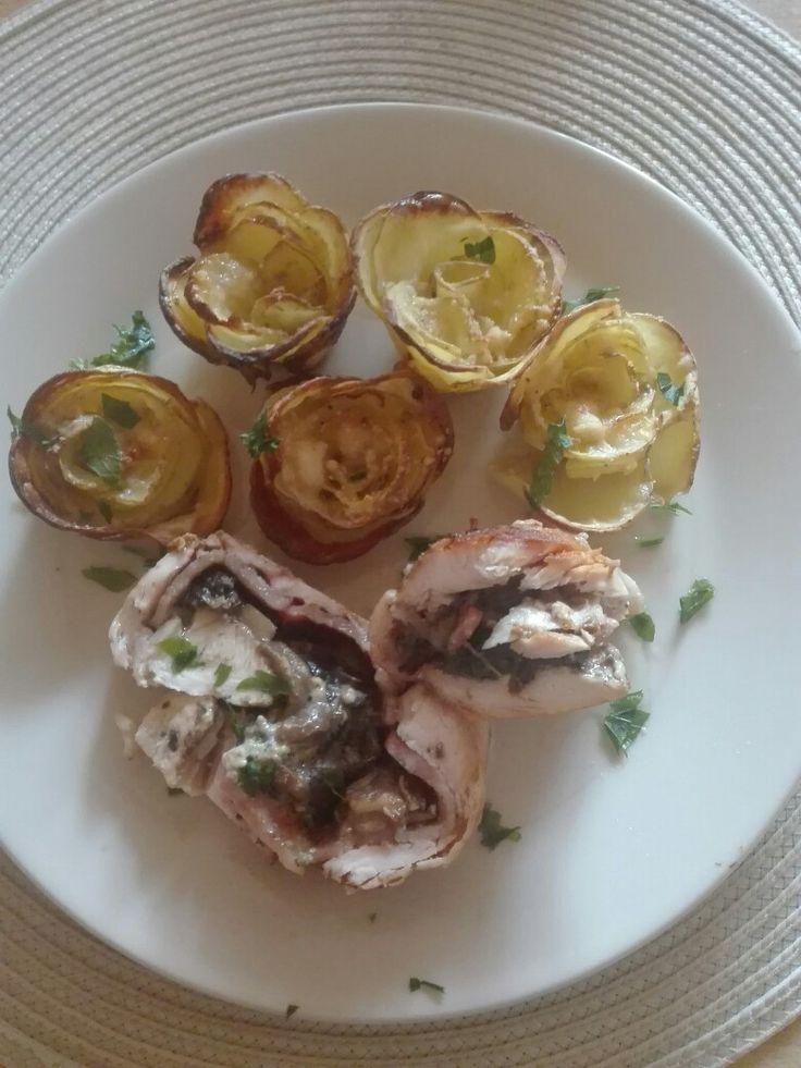 Vepřová roláda s hříbky s bramborovými růžičkami