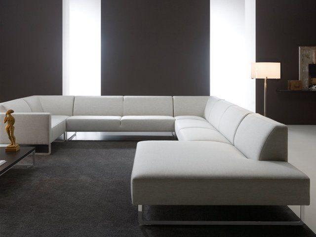 canapé d'angle en cuir couleur blanche sur un fond noir