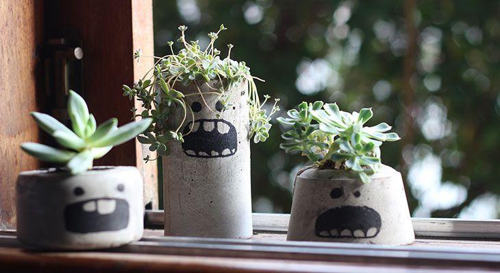 Aprenda como fazer vasos de cimento de uma maneira fofa e econômica. Cada vasinho vai te custar apenas R$1 e você pode decorar da maneira que quiser!