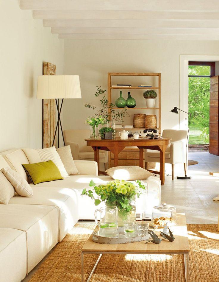 Con una mesa polivalente  Una mesa es un comodín genial para un salón. Puede convertirse en mesa de juegos, de estudio, de lectura... lo que...