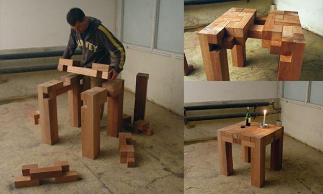 Tafelen - Een puzzel van 12 stukken, waarbij de puzzelstukken op de juiste manier samengevoegd een tafel vormen. Een stevige tafel waaraan je samen met vrienden kan eten en drinken. Formaat 75 x 75 x 75 cm.