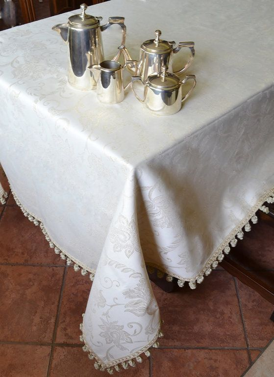GOLD WOVEN TABLE CLOTH - PatriziaB.com  Beautiful table cloth made with a creme coloured damask fabric with gold inserts, enriched with extreme elegance by a tassel fringe edging