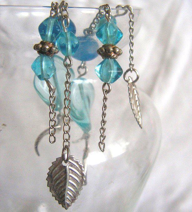 Hravé, 9 cm dlouhé náušnice jsou ketlované. Jsou sestaveny z velkého mačkaného modrého korálku, lampiček a disku, zakončené stříbrným lístečkem.