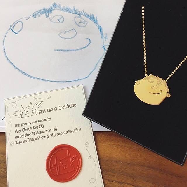 """""""It's absolutely gorgeous and I really like the details they have made on the pendant, will definitely come back in future!"""" Cheung Hoi Ying ✏️Design by Wai Cheuk Kiu QQ  Engraved & hand cut 925k gold plated silver necklace ✏️Tasarımcı: Wai Cheuk Kiu QQ  925 ayar altın kaplama gümüş kazıma & el kesimi kolye"""