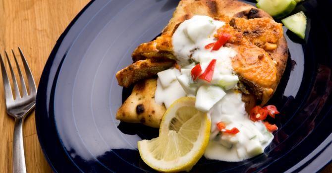 Recette de Saumon tandoori à l'Actifry© et rate de concombre, tomate et piment. Facile et rapide à réaliser, goûteuse et diététique.