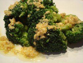 Ensalada de flores de brócoli y coliflor crudos con salsa de mostaza en HazteVegetariano.com