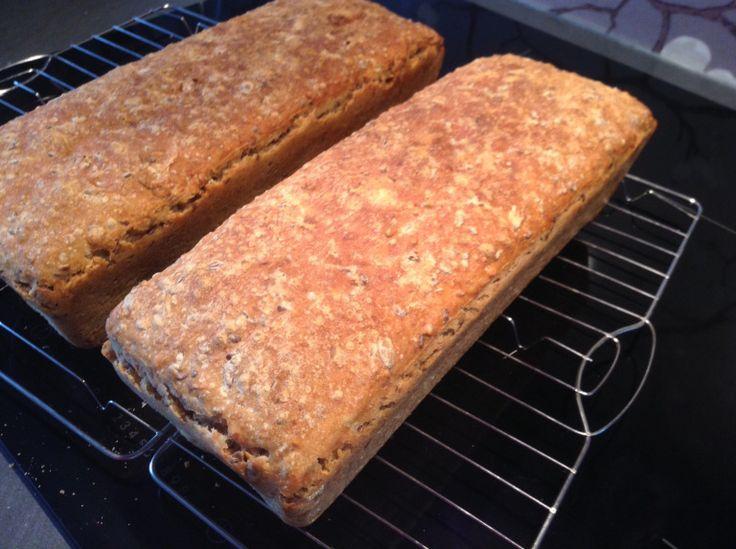 Jeg har vært inne å sett på mange forskjellige oppskrifter for speltbrød. Det som er så bra er at man kan variere dem mye, alt etter hva du liker og hva du har i skapet hjemme.Dette er min versjon …