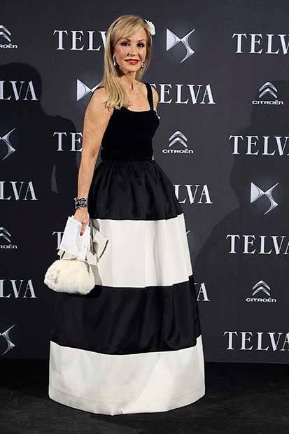Carmen Lomana Página Oficial , espectacular con vestido bicolor sin mangas de Tot-Hom Alta Costura, en el que combina una falda larga de shantung a rayas blancas y negras con cuerpo negro en terciopelo. #altacostura #style #estilo #famosas #inauguracion #tothom #stilettos #modamujer #moda