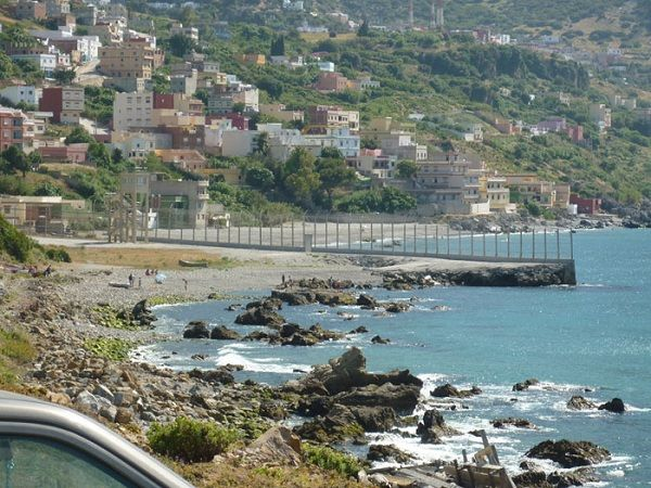 西班牙和摩洛哥之間的邊界: 那高圍牆,以阻止非法移民進入西班牙紀念休達和梅利利亞西班牙的兩大北非exclaves 的摩洛哥接壤的邊界,那高高的柵欄就是西班牙跟摩洛哥的邊界。(Boundary between Spain and Morocco)
