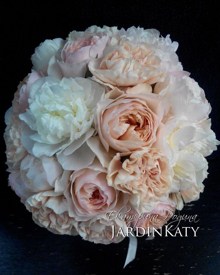 Нежный розовый бархатный букет. Пионы, пионовидные розы и нежные гвоздики, для винтажной свадьбы.