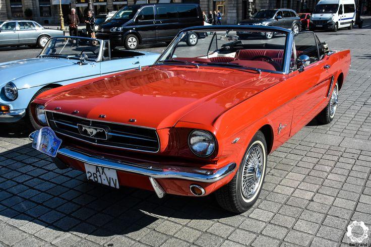 Ford Mustang Cabriolet à la Journée Nationale des Véhicules d'Epoque. Reportage : https://newsdanciennes.com/2017/05/02/1ere-journee-nationale-des-vehicules-depoque-jetais-a-paris/