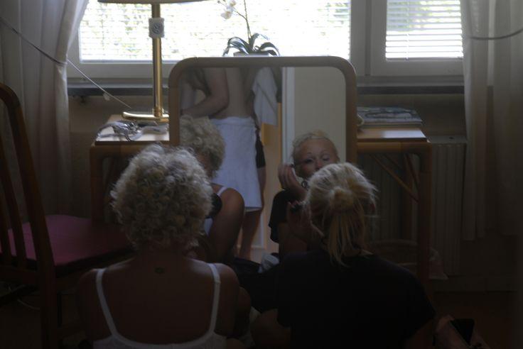 Linda och Hanne fixar sig på 5 minuter innan bröllop
