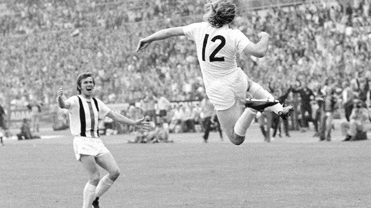 Bei Bayerns Dauerrivalen Borussia Mönchengladbach gibt es mit Jupp Heynckes (l.) und Günter Netzer ebenfalls zwei Torjäger. Das Duo macht in den ersten fünf Spielen der Saison 1965/66 zusammen acht Tore (© Imago)