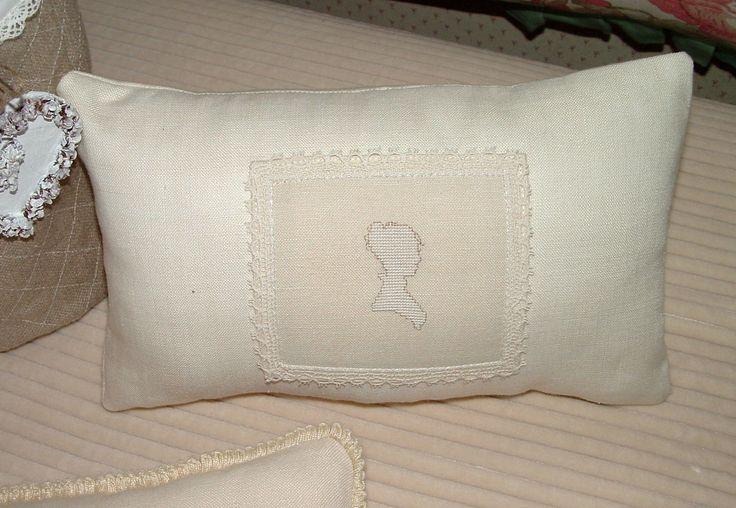 Zoom sul cuscino con silhouette femminile ricamata a punto croce