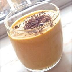 Kürbis Protein Drink - Ein schneller und gehaltvoller Protein-Smoothie aus Kürbis, Banane, Mandelmilch und Datteln.@ de.allrecipes.com
