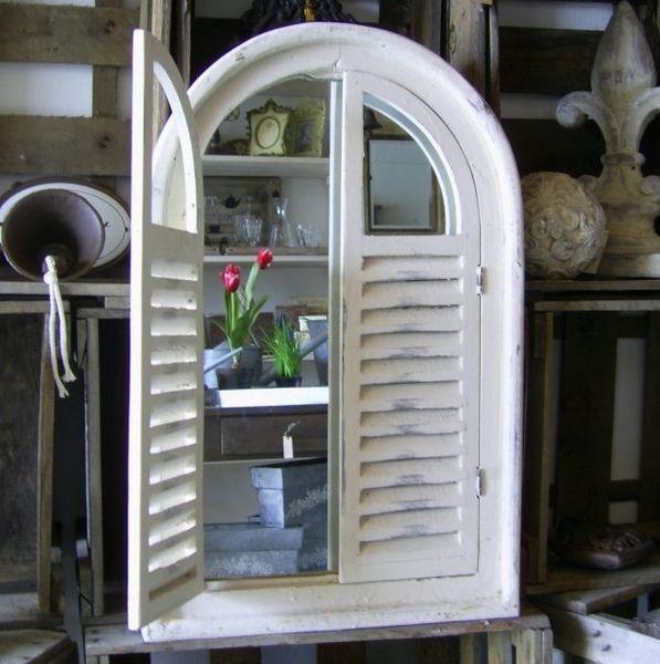 Spiegel Fenster mit Lamellentüren  n